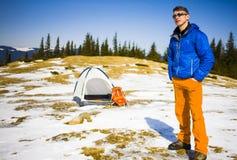 Ritratto dell'alpinista con le montagne nei precedenti Immagine Stock