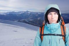 Ritratto dell'alpinista del giovane nelle montagne di inverno Cielo blu e nubi bianche Fotografia Stock