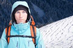 Ritratto dell'alpinista del giovane nelle montagne di inverno Pendio e foresta di montagna nevosi bianchi Fotografia Stock Libera da Diritti