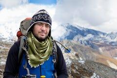 Ritratto dell'alpinista di viaggiatore con zaino e sacco a pelo Immagine Stock Libera da Diritti