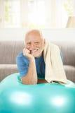 Ritratto dell'anziano attivo con la sfera di misura Fotografie Stock Libere da Diritti