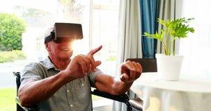 Ritratto dell'anziano che indossa i vetri virtuali stock footage