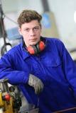 Ritratto dell'apprendista dell'idraulico in officina Fotografia Stock
