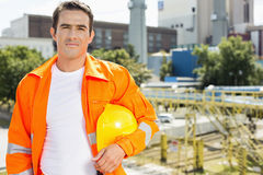 Ritratto dell'architetto maschio che indossa abiti da lavoro riflettenti al cantiere fotografia stock