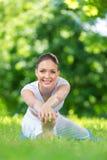 Ritratto dell'atleta femminile che allunga nel parco Immagini Stock Libere da Diritti
