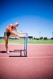 Ritratto dell'atleta femminile che si scalda nello stadio Fotografia Stock Libera da Diritti