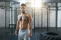 Ritratto dell'atleta maschio At Crossfit Gym di forma fisica fotografie stock