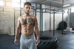 Ritratto dell'atleta maschio At Crossfit Gym di forma fisica immagine stock libera da diritti