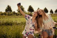Ritratto dell'bei giovani gemelli femminili fotografia stock