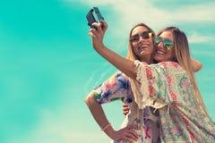 Ritratto dell'bei giovani gemelli femminili il colore pubblica fotografie stock