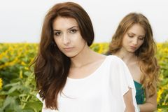 Ritratto dell'belle due giovani donne felici con capelli lunghi dentro Immagine Stock