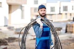 Ritratto dell'elettricista con il cavo elettrico fotografia stock libera da diritti