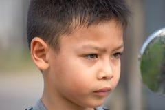 Ritratto dell'espressione stanca del ragazzo asiatico immagini stock libere da diritti