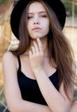 Ritratto dell'giovani donne in all'aperto black hat Immagini Stock