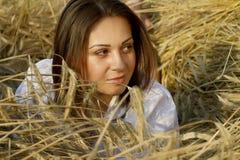 Ritratto dell'giovani donne su un campo Immagine Stock