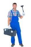 Ritratto dell'idraulico felice con il tuffatore e la cassetta portautensili fotografia stock