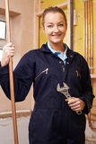 Ritratto dell'idraulico femminile Working In House Fotografia Stock
