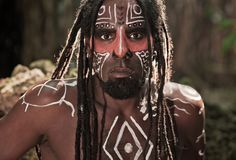 Ritratto dell'indiano di Taino con i dreadlocks e della vernice di carrozzeria rossa sul suo fronte Fotografia Stock