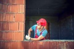 Ritratto dell'ingegnere di costruzione maschio che approva sul controllo di qualità di nuova casa Macchinario pesante in trincea fotografia stock libera da diritti