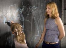 Ritratto dell'insegnante con l'allievo alla lavagna Immagini Stock Libere da Diritti