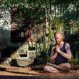 Ritratto dell'insegnante di yoga Uomo rosso dei capelli con una mostra rossa della barba Fotografia Stock Libera da Diritti