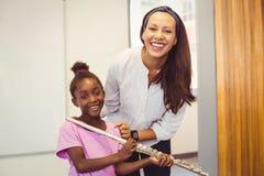 Ritratto dell'insegnante e della ragazza con la flauto in aula Fotografie Stock Libere da Diritti