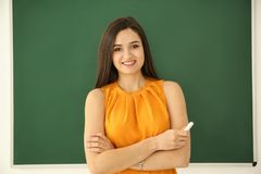 Ritratto dell'insegnante femminile vicino alla lavagna Fotografie Stock