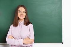 Ritratto dell'insegnante femminile vicino alla lavagna Fotografia Stock Libera da Diritti