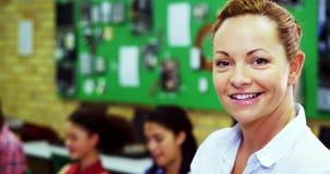 Ritratto dell'insegnante sorridente che prende la classe del computer di studenti video d archivio