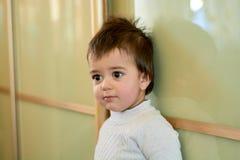 Ritratto dell'interno del primo piano di un neonato con capelli impertinenti Le varie emozioni di un bambino immagine stock libera da diritti