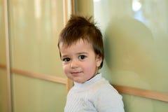 Ritratto dell'interno del primo piano di un neonato con capelli impertinenti Le varie emozioni di un bambino fotografie stock