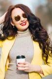 Ritratto dell'interno della molla di modo della donna sexy elegante in attrezzatura luminosa di lusso di fascino, labbra rosse, r Fotografia Stock Libera da Diritti