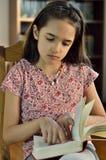 Piccola lettura ispana della ragazza Fotografie Stock