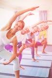 Ritratto dell'istruttore che esegue yoga con gli anziani Fotografia Stock