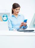 Ritratto dell'operatore di call center sorridente della donna di affari sul lavoro Immagine Stock