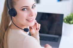 Ritratto dell'operatore femminile sorridente felice del telefono del servizio clienti nel luogo di lavoro fotografia stock libera da diritti
