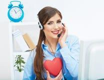 Ritratto dell'operatore sorridente della call center con l'iso della cuffia avricolare del telefono Immagini Stock