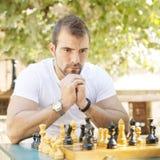Ritratto dell'oppositore pensieroso di scacchi dell'uomo. Immagine Stock Libera da Diritti