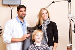 Ritratto dell'optometrista con la mamma e la gioventù Fotografie Stock Libere da Diritti