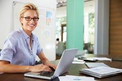 Ritratto dell'ufficio di Working In Creative della donna di affari immagini stock libere da diritti