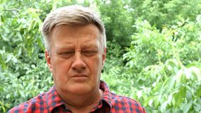 Ritratto dell'uomo adulto maturo di etnia caucasica, avendo un'emicrania archivi video