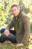 Ritratto dell'uomo all'aperto nel paesaggio di autunno Fotografie Stock Libere da Diritti