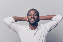 Ritratto dell'uomo allegro, felice, positivo, rilassato con l'occhio vicino Fotografia Stock