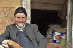Ritratto dell'uomo anatolico turco del commerciante con gli occhi azzurri fotografia stock libera da diritti