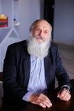 Ritratto dell'uomo anziano astuto che riflette su vita e wi di posa Fotografia Stock Libera da Diritti