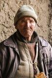 Ritratto dell'uomo anziano di Ladakhai al villaggio a distanza in Leh immagine stock libera da diritti