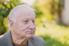 Ritratto dell'uomo anziano in parco fotografia stock libera da diritti