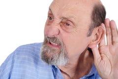 Ritratto dell'uomo anziano sordo che prova ad ascoltare immagine stock