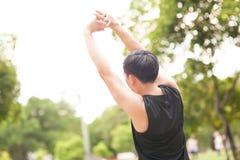 Ritratto dell'uomo atletico che allunga di mattina e della vista piacevole di sorveglianza della natura Fotografia Stock Libera da Diritti