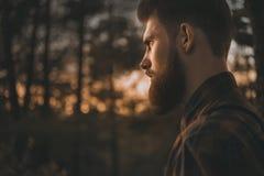 Ritratto dell'uomo barbuto che guarda con confidenza in avanti Immagine Stock Libera da Diritti